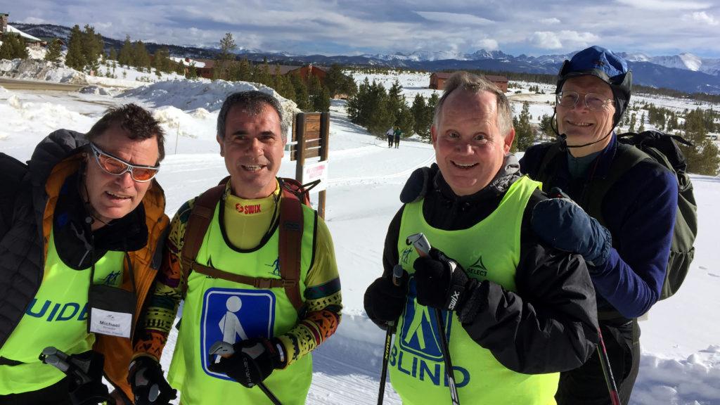 Glade blinde og ledsagere ude på ski i godt vejr