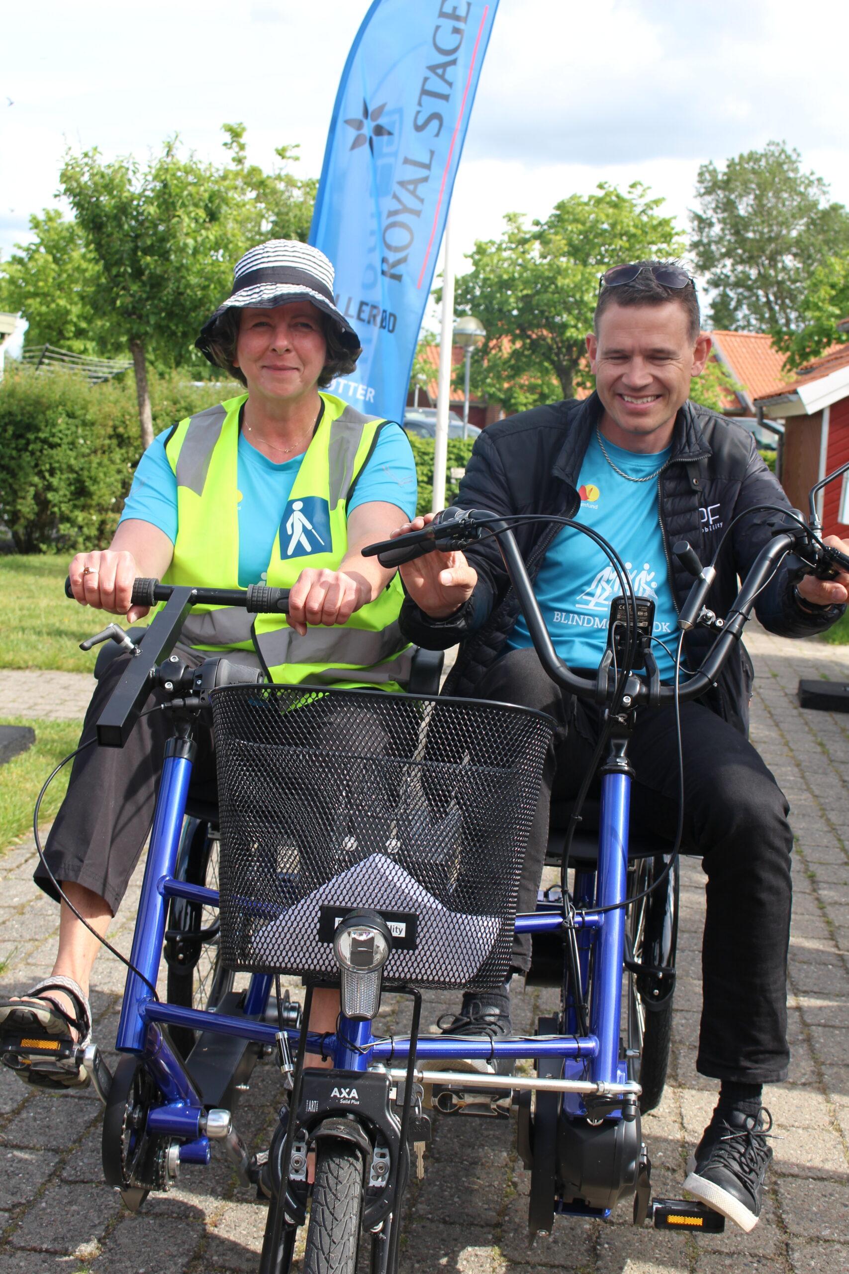 Billede af to smilende mennesker på cykel under legatuddelingen 2020.